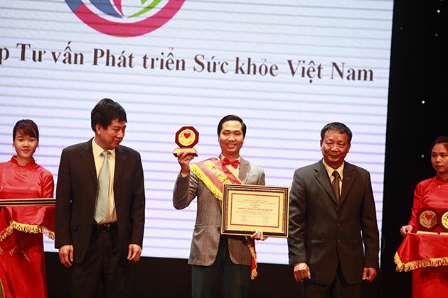 Ông Nguyễn Bá Toàn – giám đốc công ty cổ phần tư vấn phát triển sức khỏe Việt Nam lên nhận giải thưởng Top 10 thương hiệu chăm sóc sức khỏe chất lượng vàng 2016